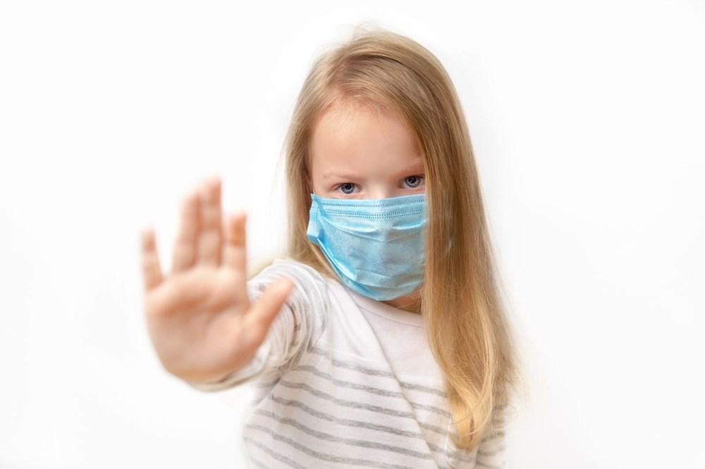 <p>Evet. Pandemi dünyanın birçok yerinde etkili olurken yenidoğanlarda biri Çin'in Wuhan kentinde diğer İngiltere'nin başkenti Londra'da olmak üzere en az iki doğrulanmış enfeksiyon vakası tespit edildi. Bu bebeklerin rahimdeki enfeksiyondan mı yoksa doğduktan sonra mı enfekte olduğu henüz bilinmiyor. Her iki durumda da, annelerinde corona virüs tespit edildi.</p> <p></p> <p></p>