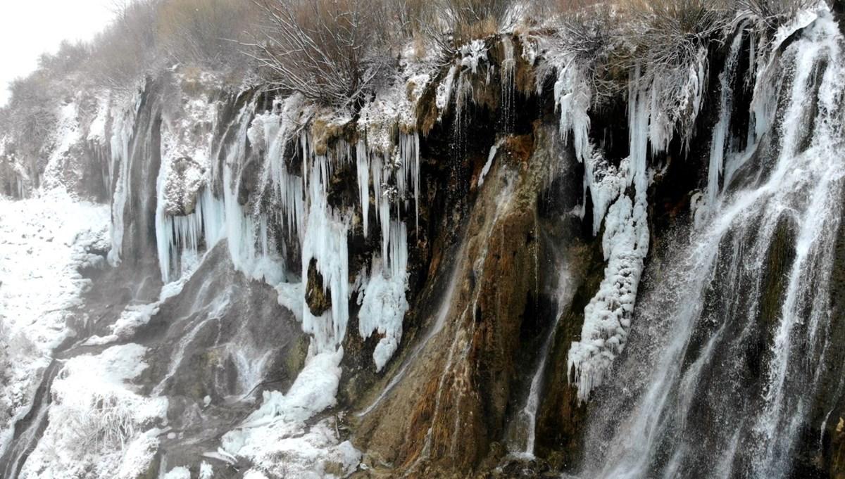 Erzincan'da buz tutan Girlevik Şelalesi kartpostallık görüntü oluşturdu
