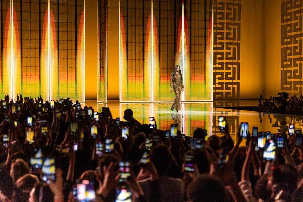 Eski First Lady Carla Bruni Balmain defilesine çıktı - 11