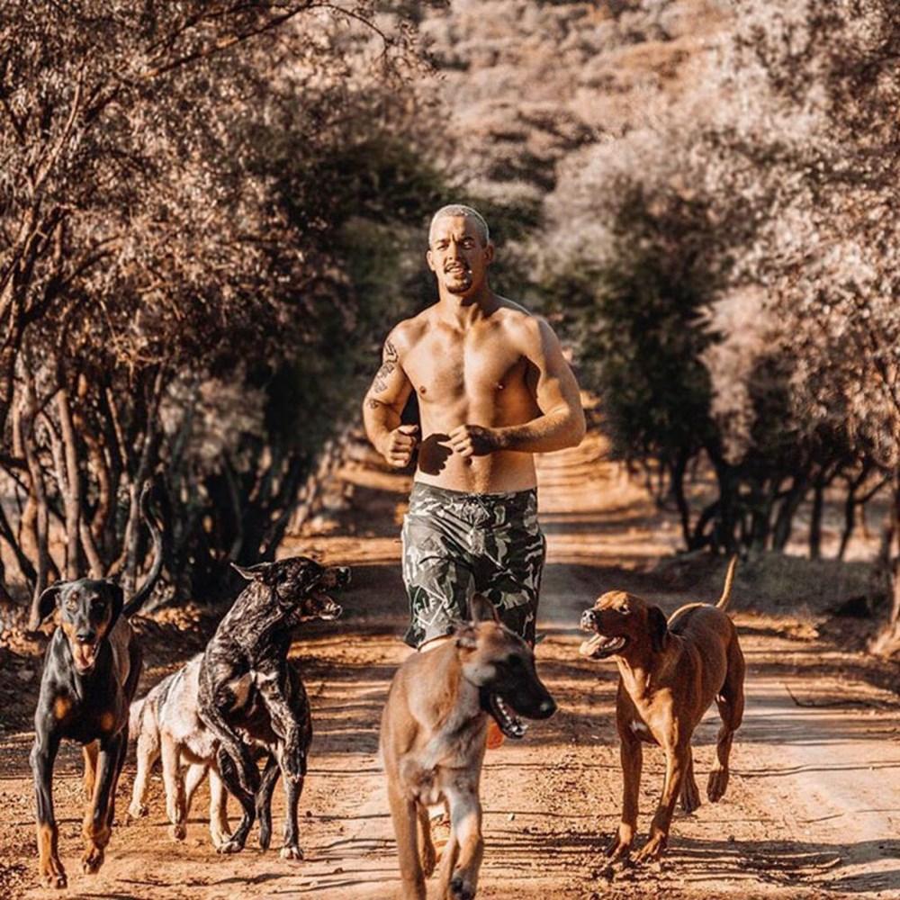 İşinden ayrılıp sahip olduğu her şeyi sattı ve vahşi hayvanlara yardım etmek için Afrika'ya yerleşti - 10
