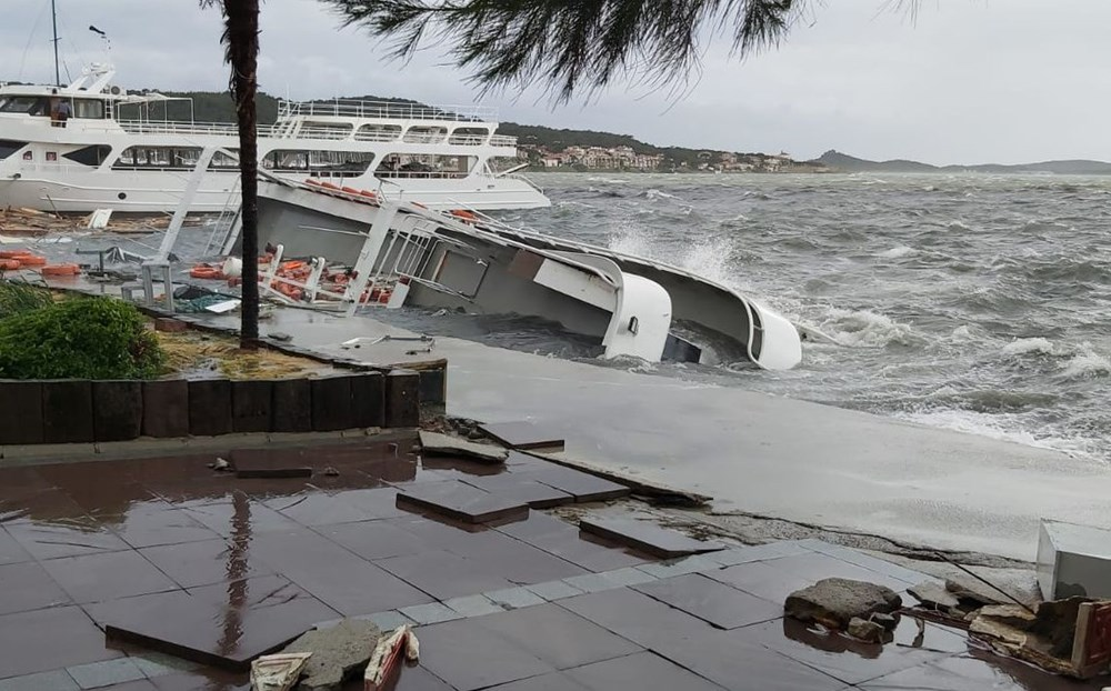 Ayvalık'ta fırtına: 20 tekne battı - 2