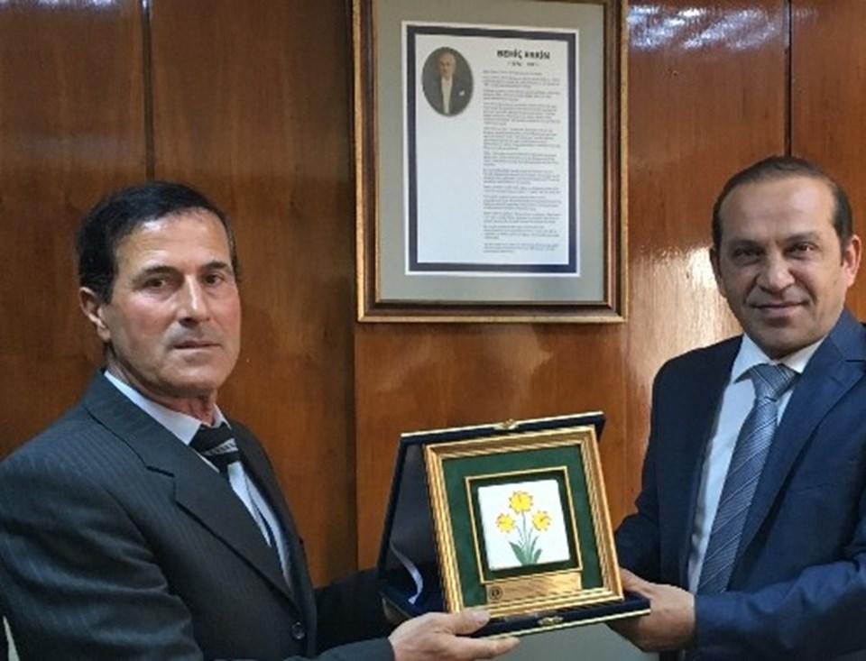 İbrahim Çivici'ye Demiryolu Yapım ve İşletim Personeli Dayanışma ve Yardımlaşma Derneği (YOLDER) tarafından plaket verildi