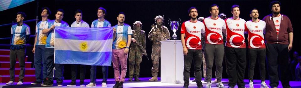 Arjantin ve Türkiye CS: GO Milli Takımları maçtan önce kupayla poz verdi.