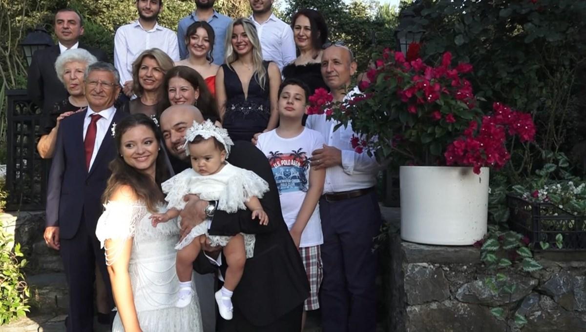 Pandemi nedeniyle ertelemişlerdi: Doktor çift bebekleriyle düğün yaptı
