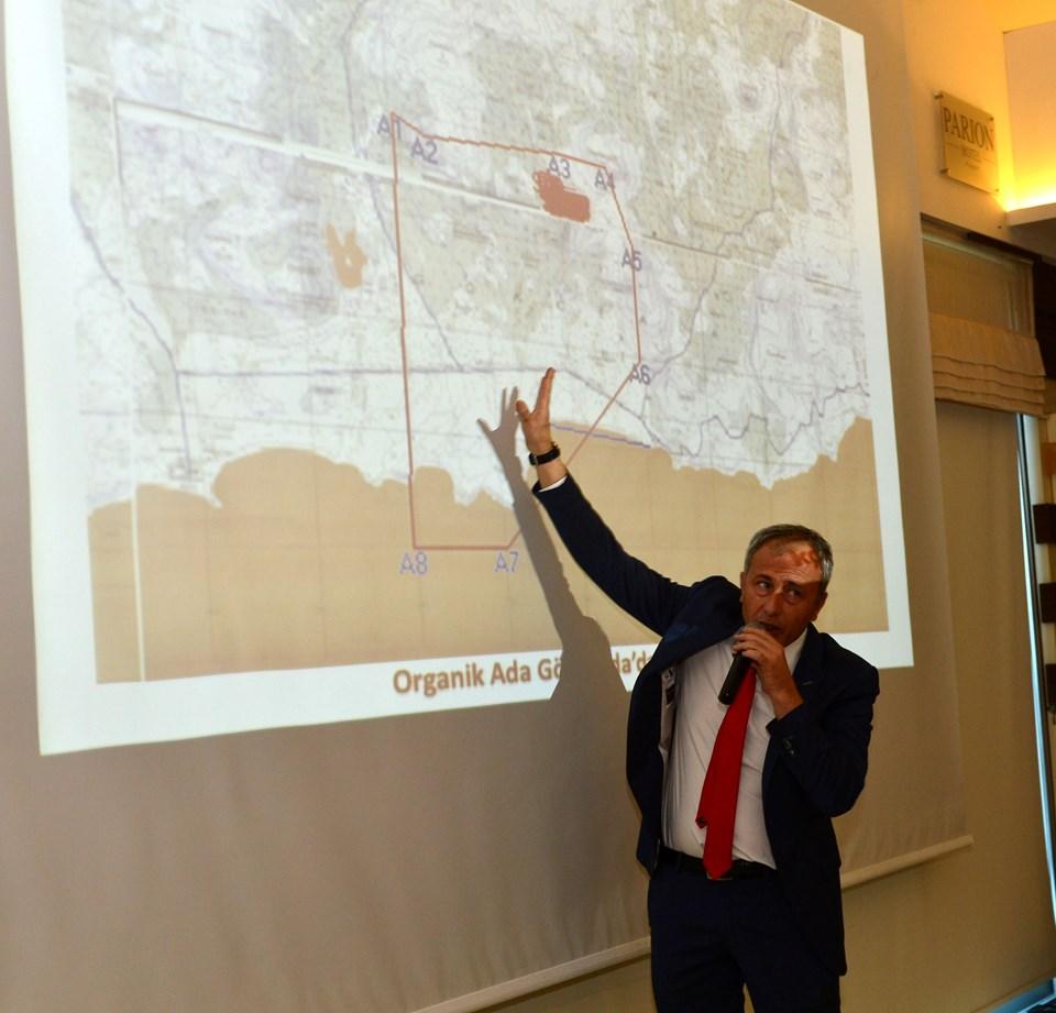 Gökçeada Belediye Başkanı Ünal Çetin, altın madeni aramak için sonday yapılacak bölgeyi anlatıyor.