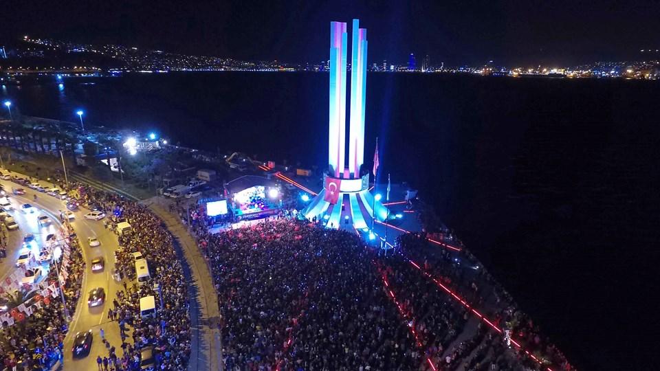 Karşıyaka'daki konserin finalinde İzmir Marşı da söylendi...