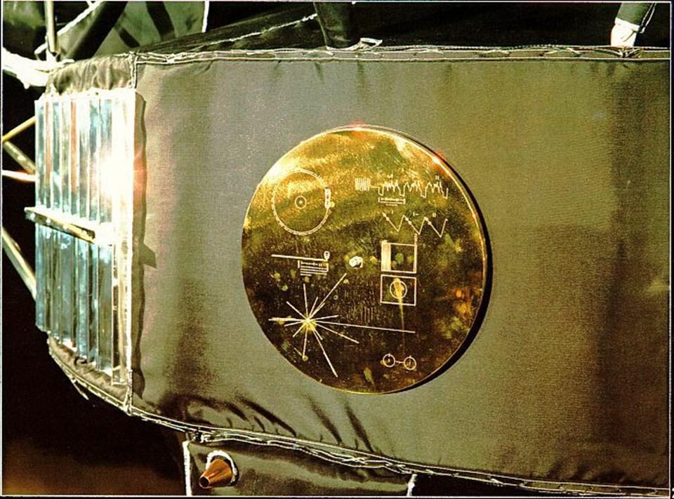 Voyager-1 üzerinde bulunan altın kaplama plakada, Güneş Sistemi'nin bulunduğu yer ve Dünya üzerindeki tüm dillerdenselamlamaları içerenses kaydı bulunmakta.
