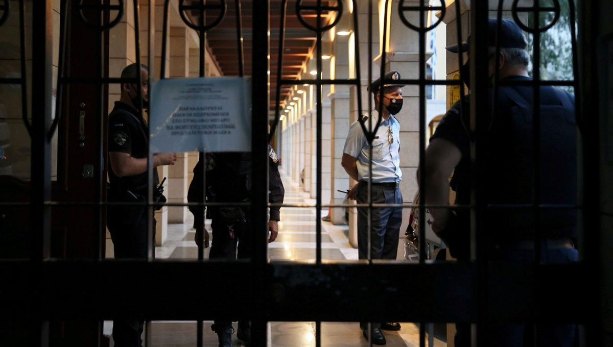 Yunanistan'da sinirlenen rahip meslektaşlarına kezzapla saldırdı