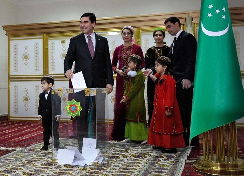 Gurbangulu Berdimuhammedov 7 yıllığına yeniden Türkmenistan devlet başkanı oldu.