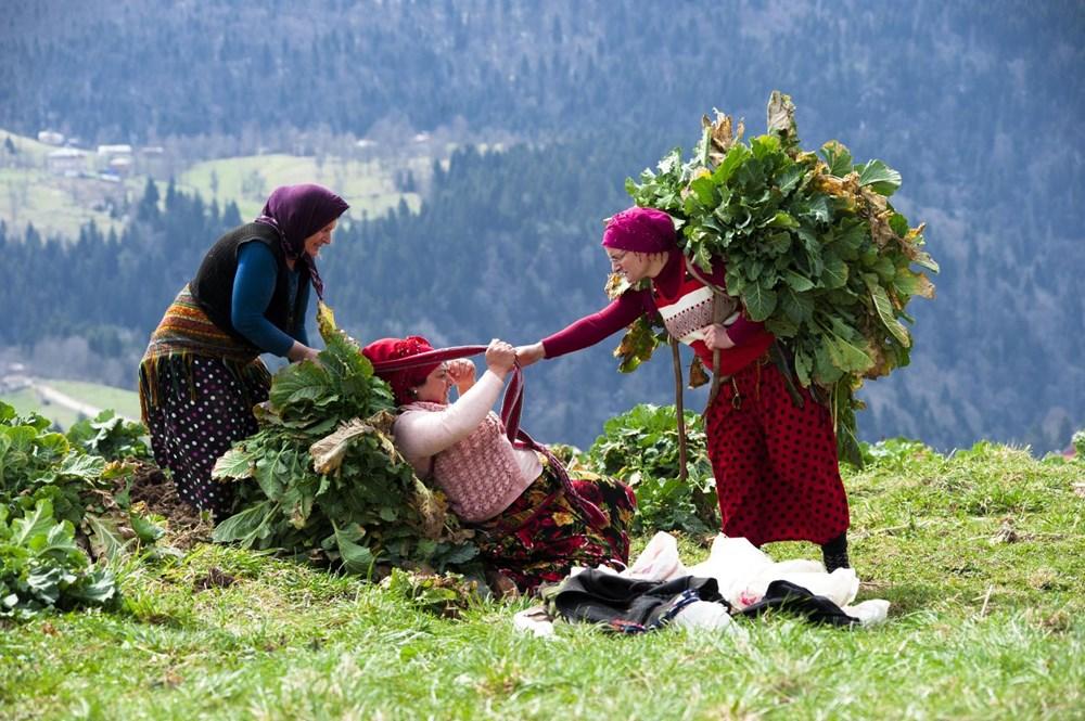 Karadeniz'in çalışkan kadınları: Köy toplansa evde tutamaz - 8