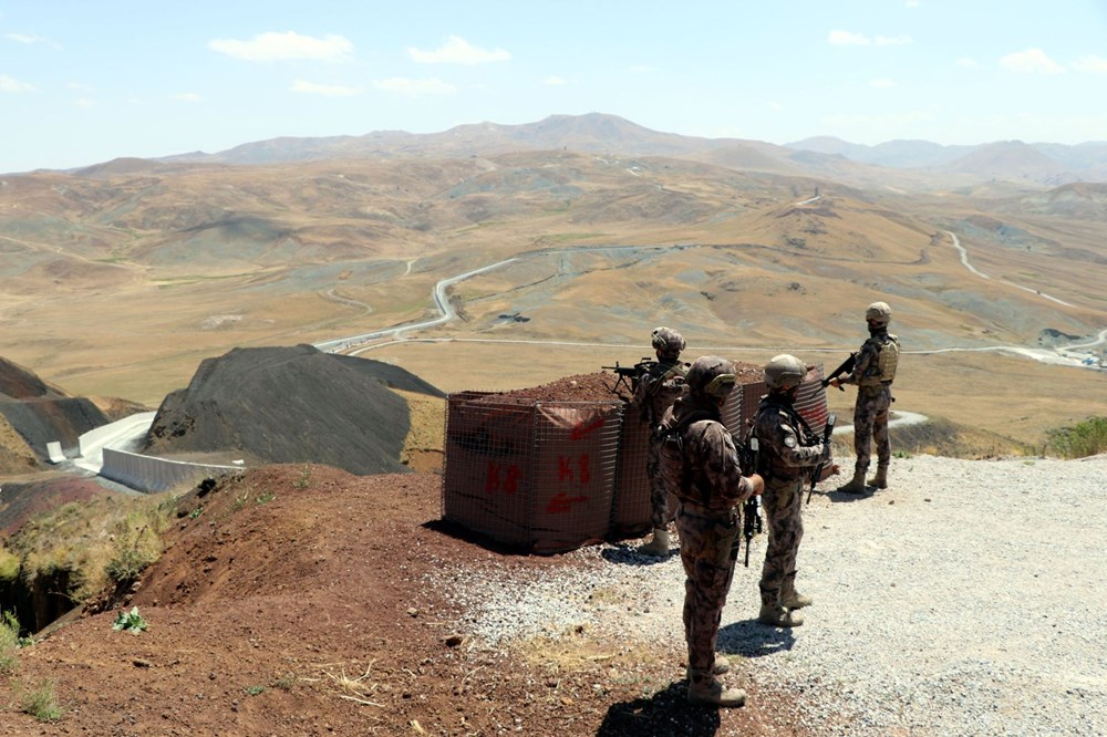 İran sınırında kaçak geçişleri engellemek için beton duvar örülüyor - 4