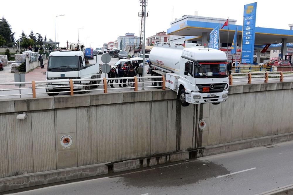 El freni çekilmeyen tanker alt geçit korkuluklarında asılı kaldı - 5