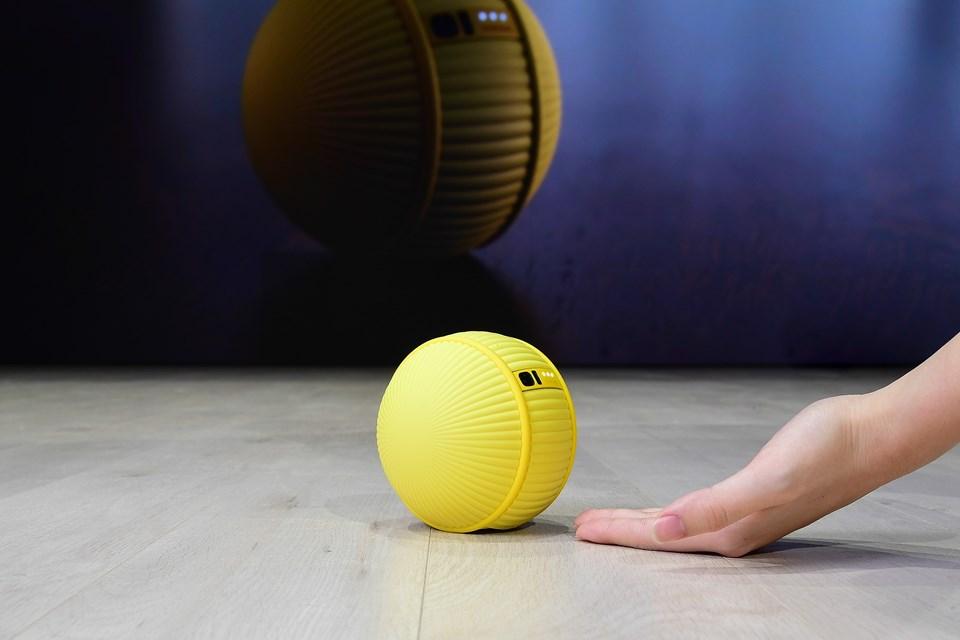 Akıllı perdeleri veya uzaktayken akıllı bir televizyonu açabilen minik robot, evlerde veya ofislerde herhangi bir kir fark ettiğinde, robot süpürgeleri harekete geçirebiliyor.