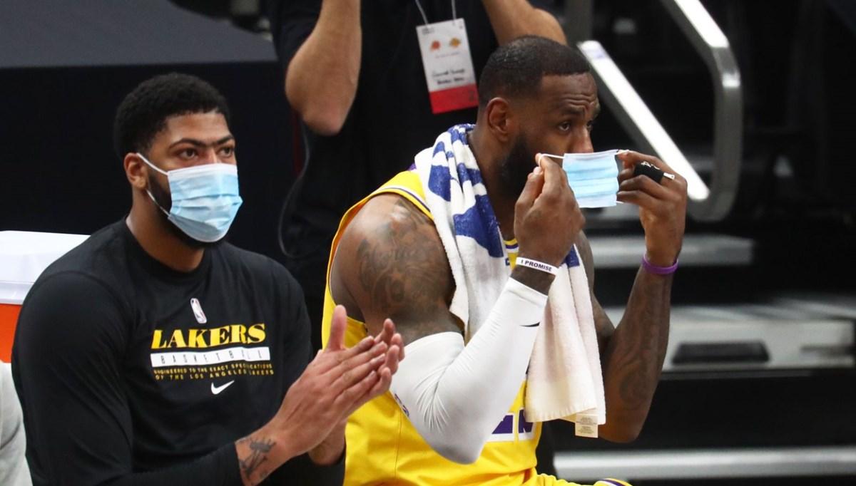 NBA oyuncusu Anthony Davis maç sırasında tırnaklarını kesti