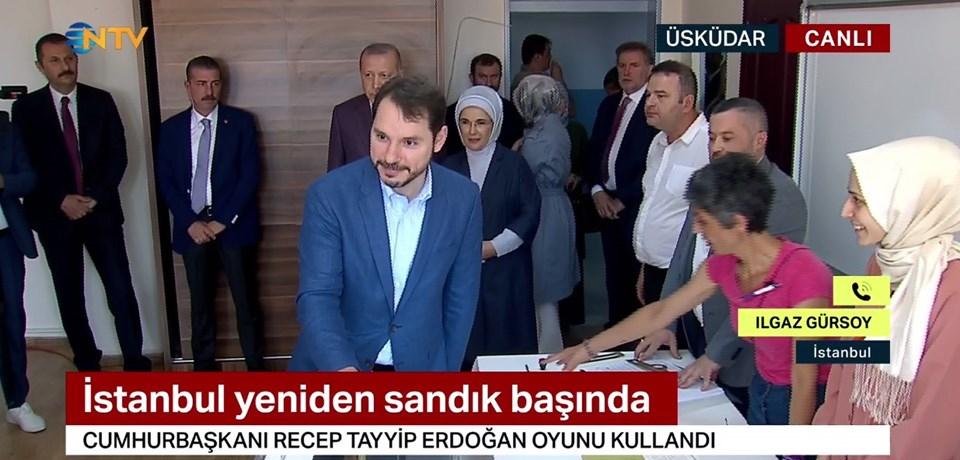 Cumhurbaşkanı Erdoğan oy kullanmaya, eşi Emine Erdoğan ile Hazine ve Maliye Bakanı Berat Albayrak ve eşi Esra Albayrak ile birlikte geldi.