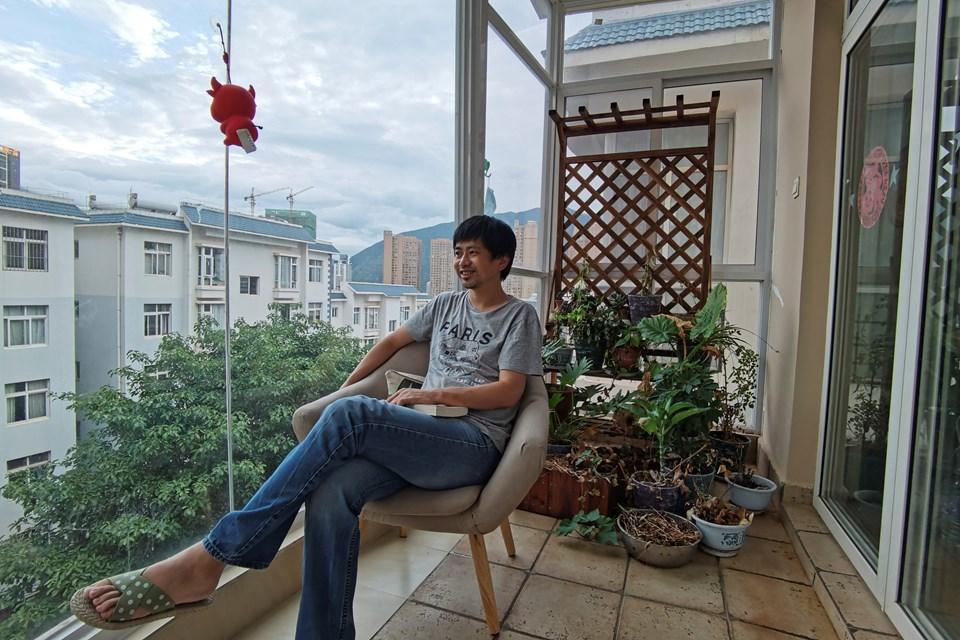Guo Jianglong (44) Pekin'de çalıştığı gazeteden ayrılıp küçük bir kasabada serbest yazarlık yapmaya başladıktan sonra hayatının aşkıyla tanıştığını söylüyor.