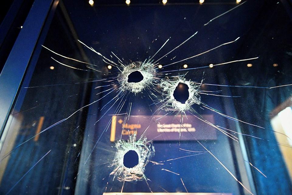 Hırsız Magna Carta bildirgesinin bulunduğu cam bölmeyi kırmaya çalıştı.