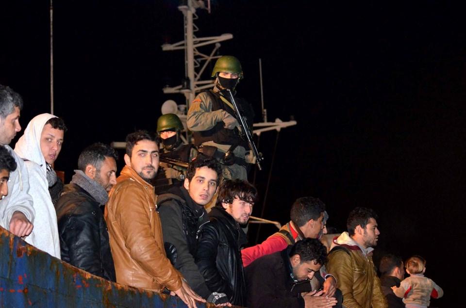 İskeleye yanaşan geminin güvertesindeki mültecilerden genç olanların rahat oldukları ve zaman zaman basın mensuplarına poz verdikleri görüldü
