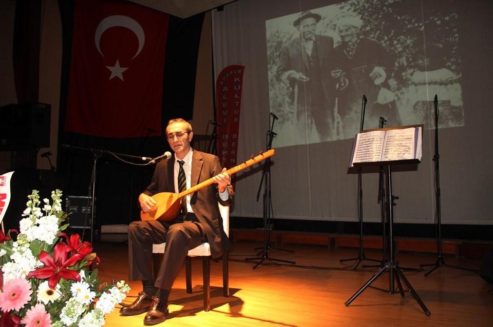 Anma konserine ilgi gösteren Bodrumlu sanatseverler, türkülere eşlik etti.