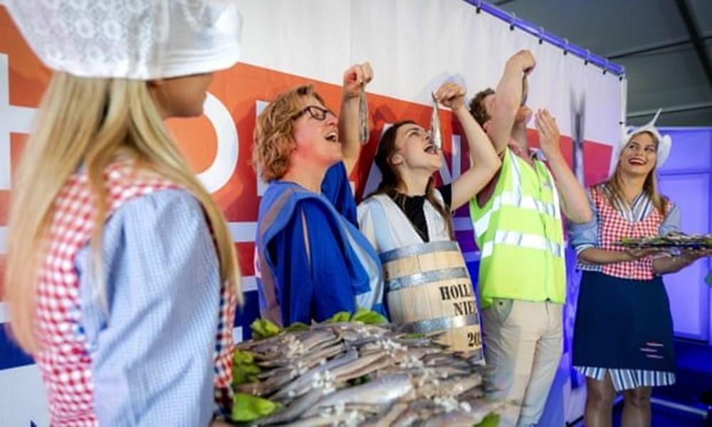 Hollanda'da ringa balığı, Adana'da kebap: Ülkelerin ilginç aşı teşvikleri - 14