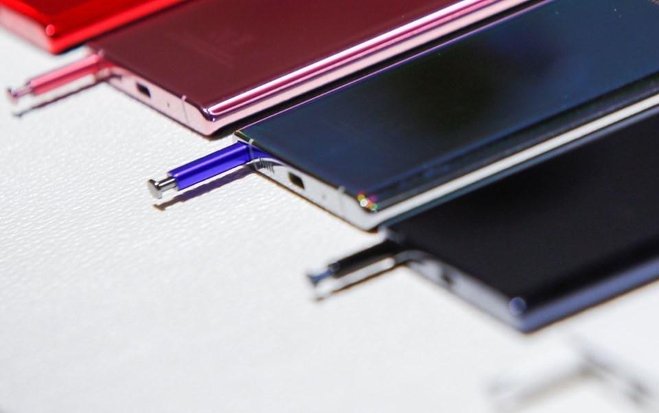Daha ince ve kısa boyuta sahip olan S Pen'e ev sahipliği yapanGalaxy Note10, 8 GB RAM; Note10 Plus ise 12 GB RAM kapasitesine sahip.