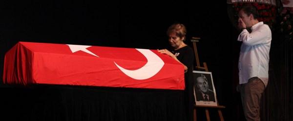 Dinçer Sümer tiyatroya başladığı sahnede uğurlandı