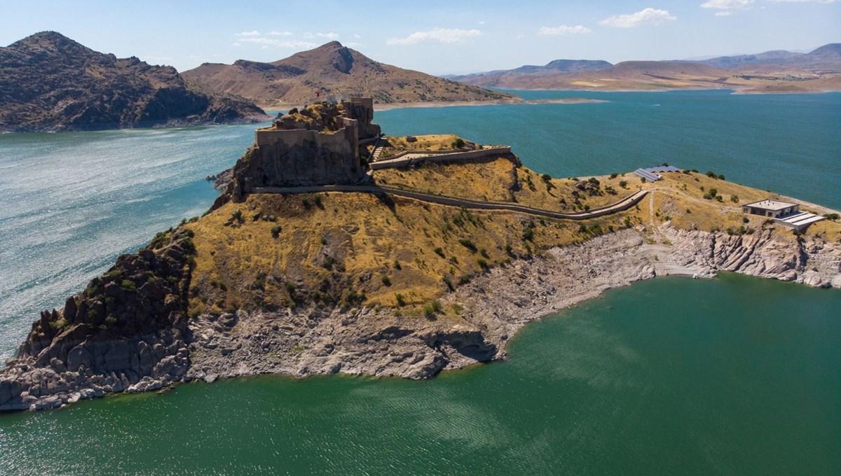 Tunceli'de ada görünümlü 2 bin 800 yıllık tarihi Pertek Kalesi, göz kamaştırıyor
