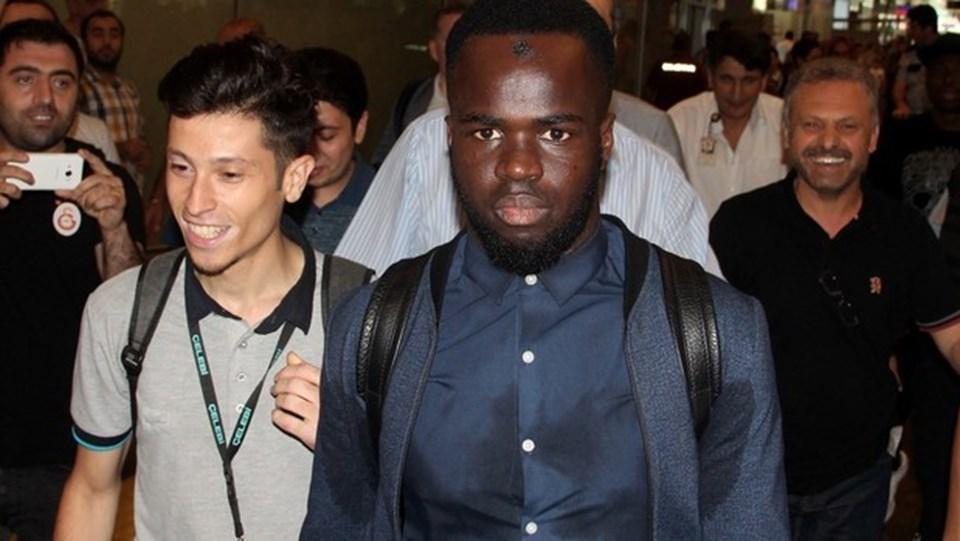 Cheick Tiote menajerleriyle dün akşam Atatürk Havalimanı'na geldi.