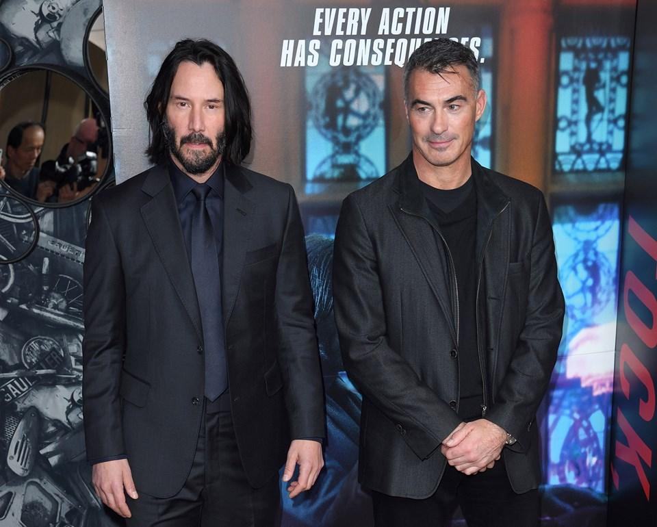 Keanu Reeves ve yönetmen Chad Stahelski galada birlikte poz verdi.