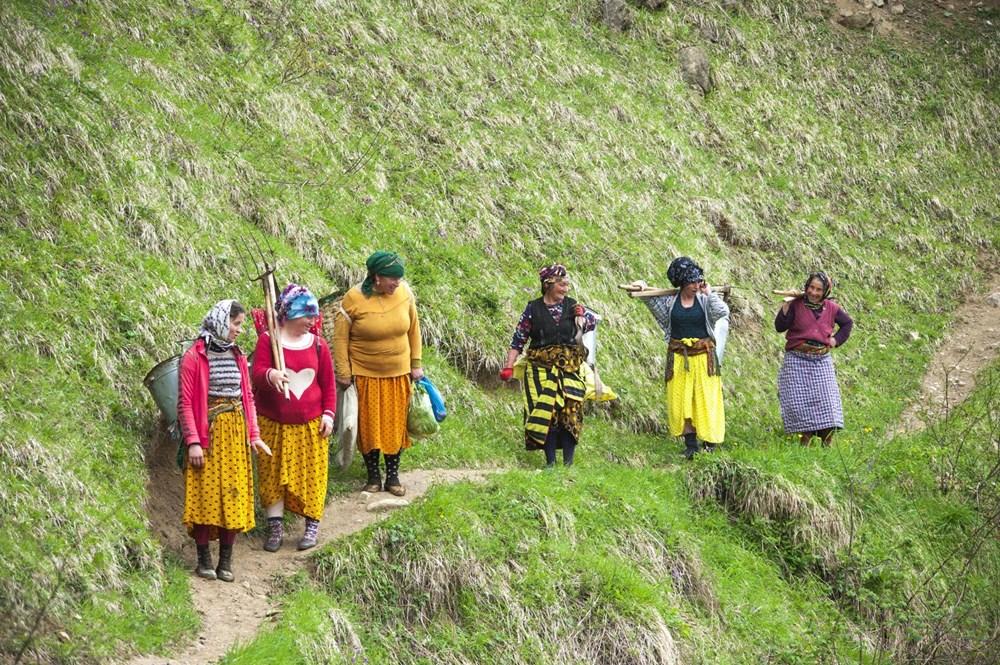 Karadeniz'in çalışkan kadınları: Köy toplansa evde tutamaz - 11
