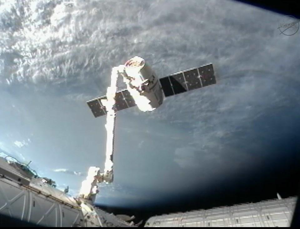 ISS'nin robotik koluna bağlı Dragon.