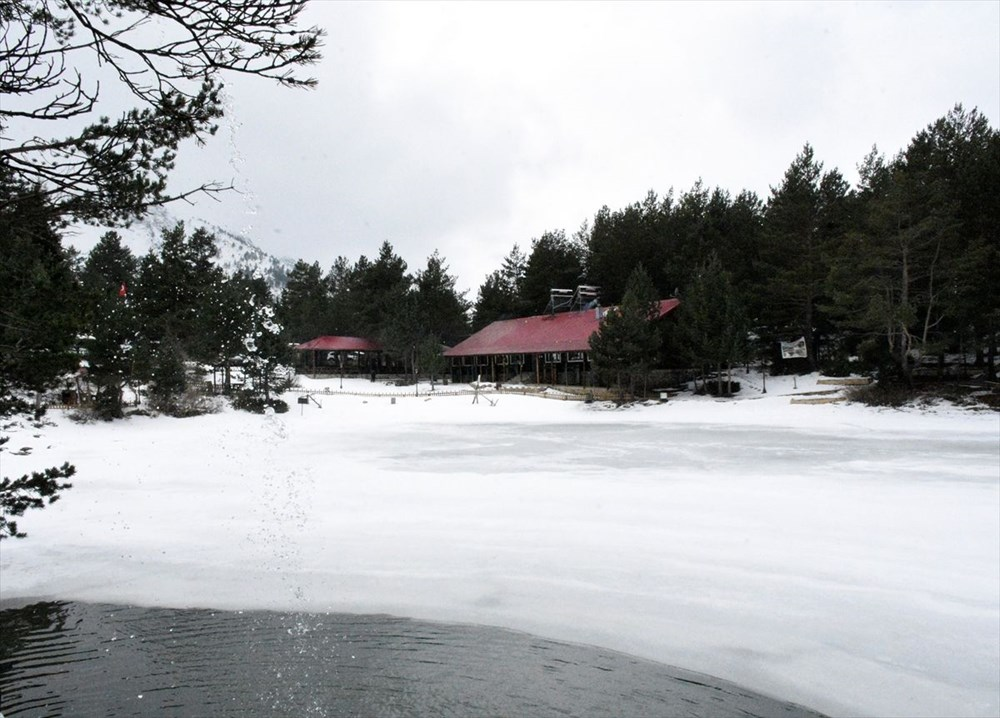 Gümüşhane'de yüzeyi buz tutan Limni Gölü ziyaretçilerini büyülüyor - 8