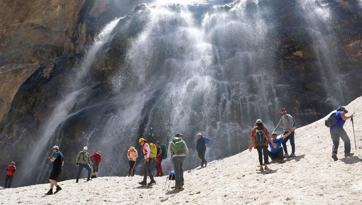 Erimenin başladığı 20 bin yıllık Türkiye'nin en büyük buzullarını gezdiler