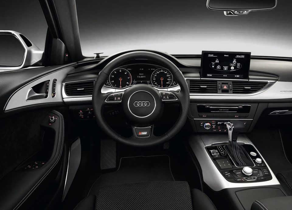 İç kısımda kaliteli malzemeler, kabini saran gösterge paneli ve zarif bir şekilde döşenmiş sürücü odaklı kontroller dikkat çekiyor.