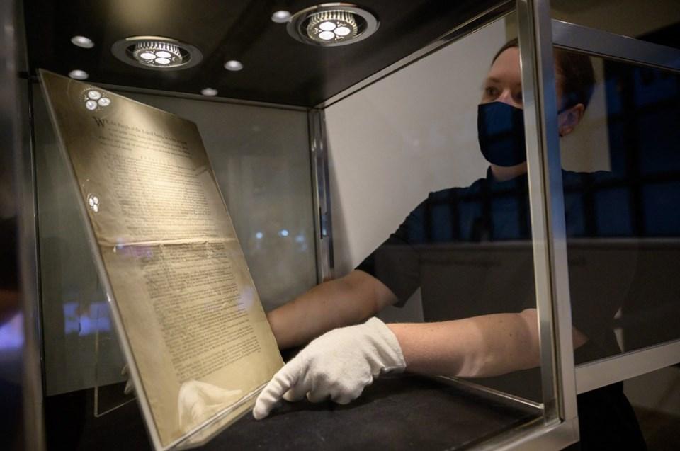 Amerikan yasalarını belirleyen metin 17 Eylül 1787'de Philadelphia'da kabul edilmişti. Anayasa bugüne kadar 27 kez revize edildi.