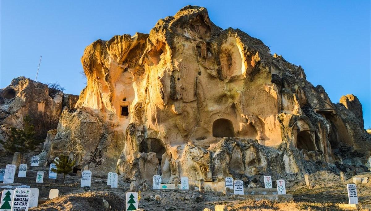 'Frigya'nın kalbi' Ayazini Köyü'ndeki kaya mezarlar turistleri cezbediyor