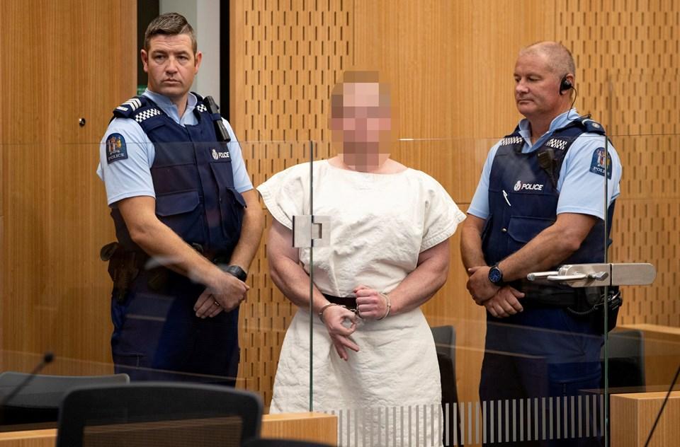 """Terörist Tarrant duruşmada """"white power"""" işareti yaptı."""