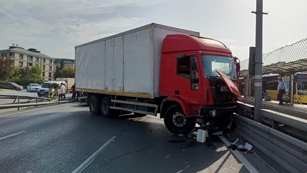 Bakırköy'de kamyon, metrobüs bariyerlerine çarptı: İki şerit trafiğe kapatıldı - 3