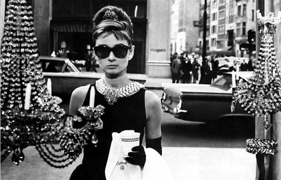"""Givenchy özellikle """"Tiffany'de Kahvaltı"""" filminde oyuncu Audrey Hepburn'ün giydiği siyah elbisenin tasarımcısı olarak ün kazanmıştı."""