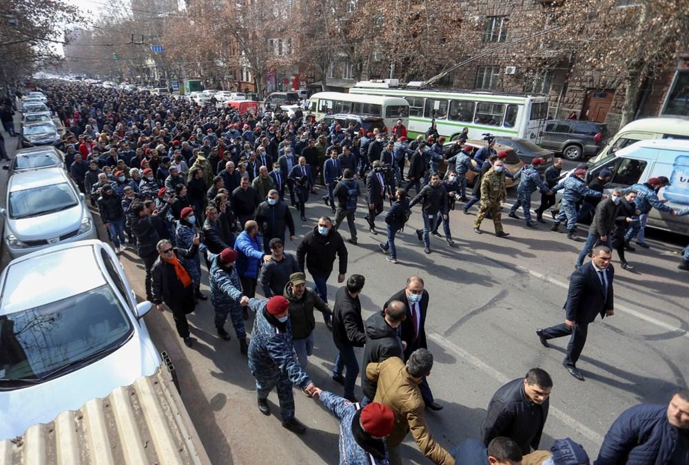 Ermenistan'da darbe girişimi: Paşinyan destekçileri ve karşıtları meydanlara çıktı - 1