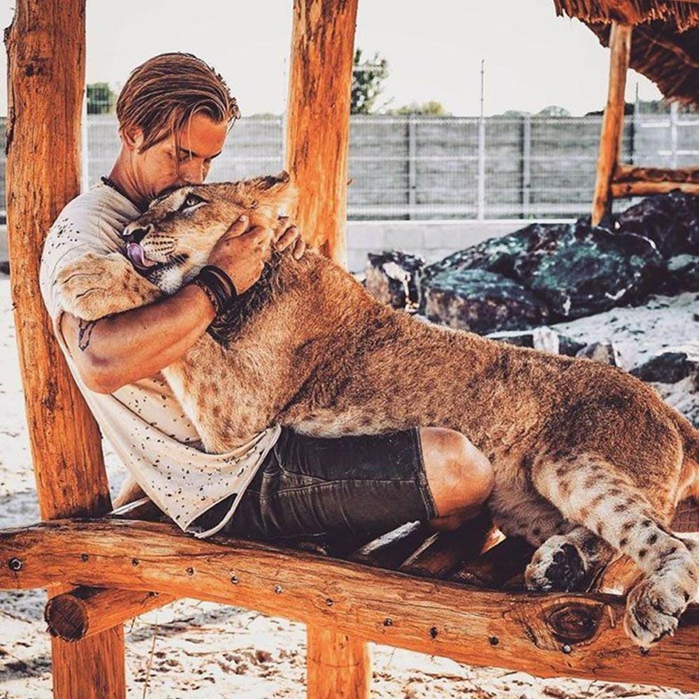 İşinden ayrılıp sahip olduğu her şeyi sattı ve vahşi hayvanlara yardım etmek için Afrika'ya yerleşti - 2