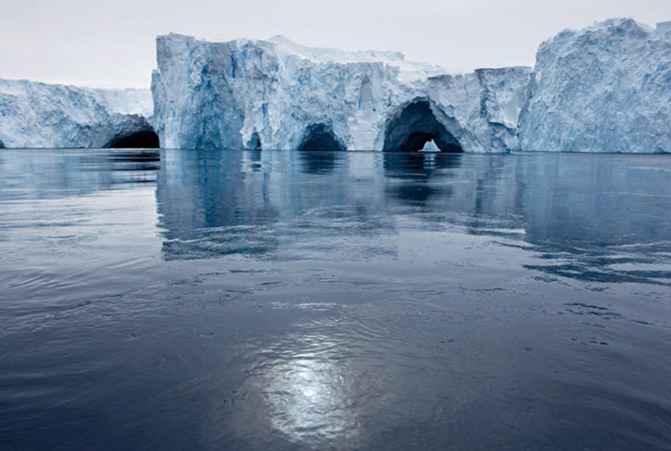 Doğu ve Batı Antarktika: Doğu Antarktika oldukça sağlam görünüyor. Ama ısınan okyanus, Batı Antarktika buzul örtüsünü alttan yer yer eritiyor. Grönland gibi onun da geleceği çok belirsiz.