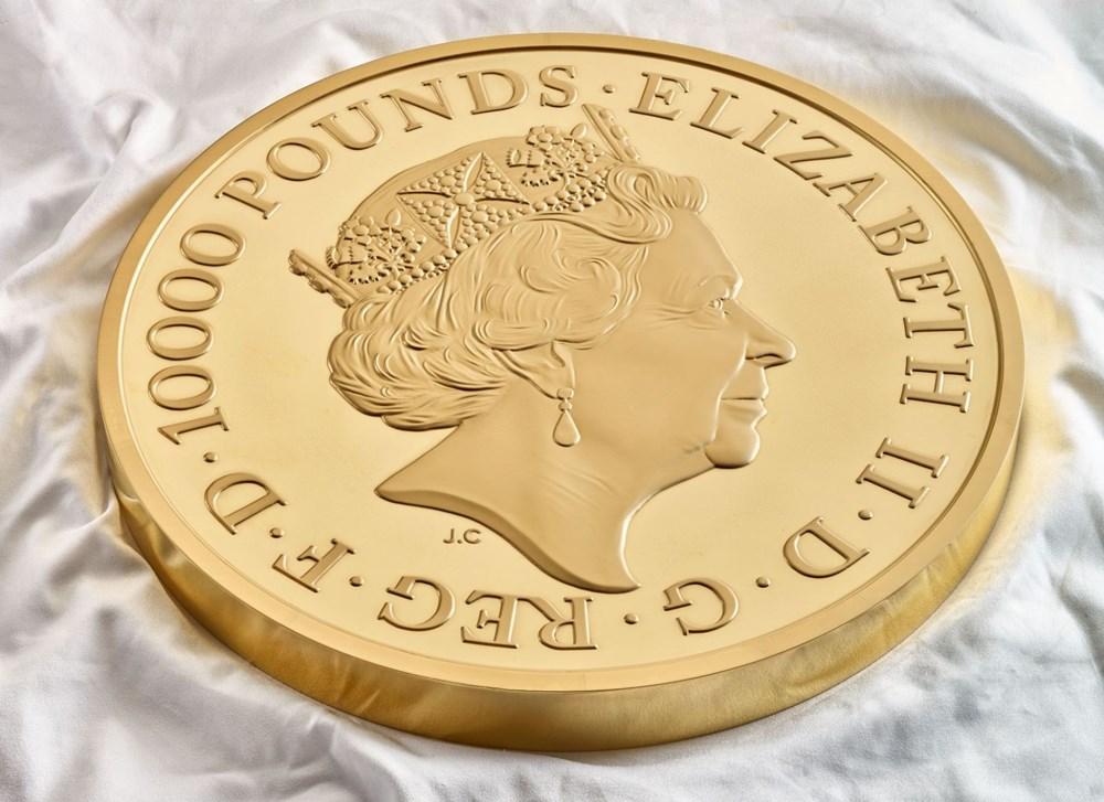 Kraliçe Elizabeth'in canavar figürlerini temsil eden madeni para - 3