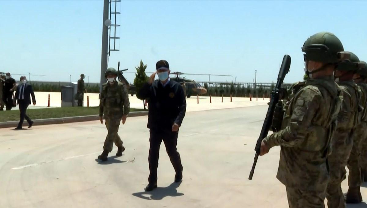 Milli Savunma Bakanı Hulusi Akar ve komutanlar sınır hattında