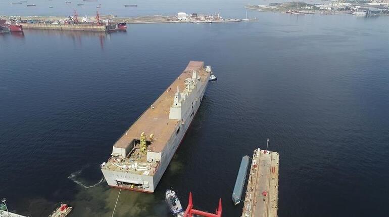 <p>TCG Anadolu, dört adet mekanize çıkarma aracı, iki adet hava yastıklı çıkarma aracı, iki adet personel çıkarma aracının yanı sıra uçak, helikopter ve insansız hava araçları da taşıyacak.</p> <p>231 metre uzunluk ve 32 metre genişlikteki geminin tam yük deplasmanı yaklaşık 27 bin ton olacak.</p>