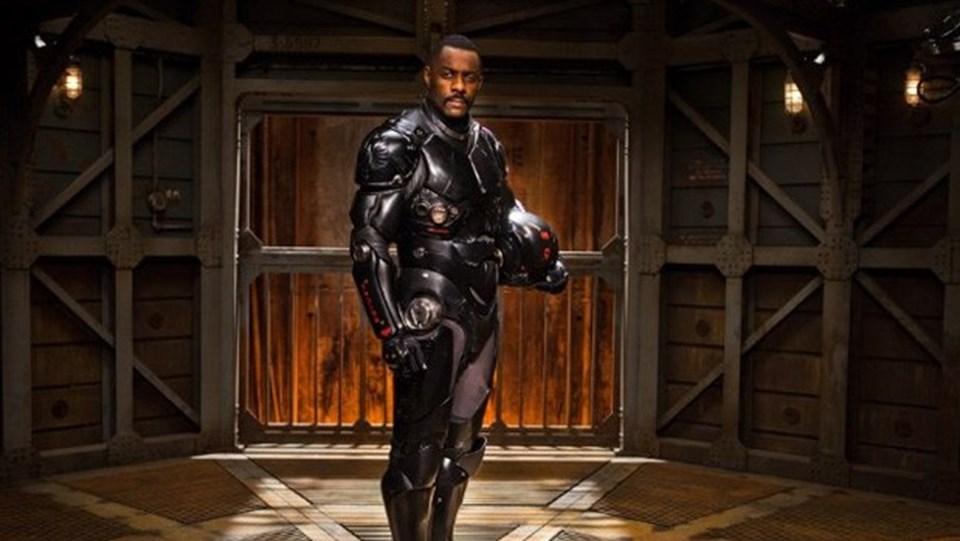 Idrıs Elba; filmde dünyayı istila eden yaratıklara karşı savaşan,insanların yönettiği robot ordusunun komutanı rolündeydi.