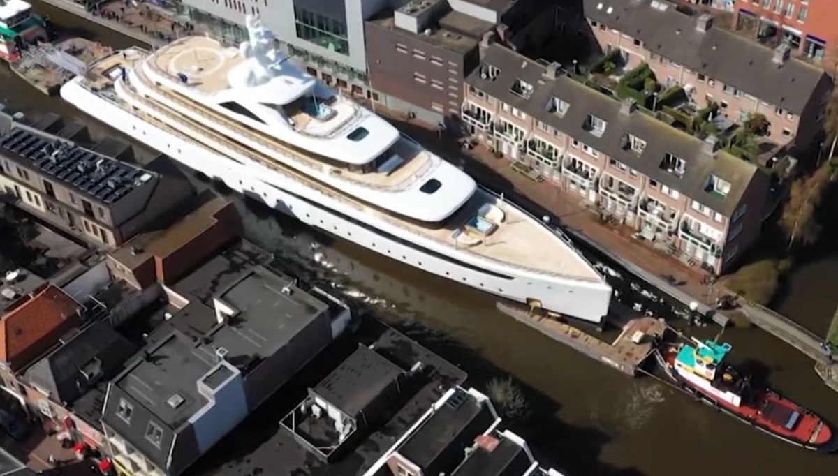 This is how the 94-meter luxury yacht passed through the narrow canal