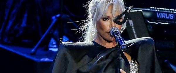 Ajda Pekkan sahneye maske ve pelerinle çıktı