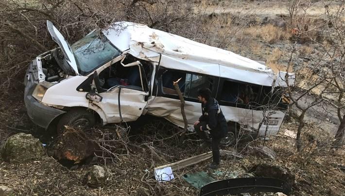 Hakkari'de öğrenci servisi devrildi: 2 kişi hayatını kaybetti, 10 yaralı