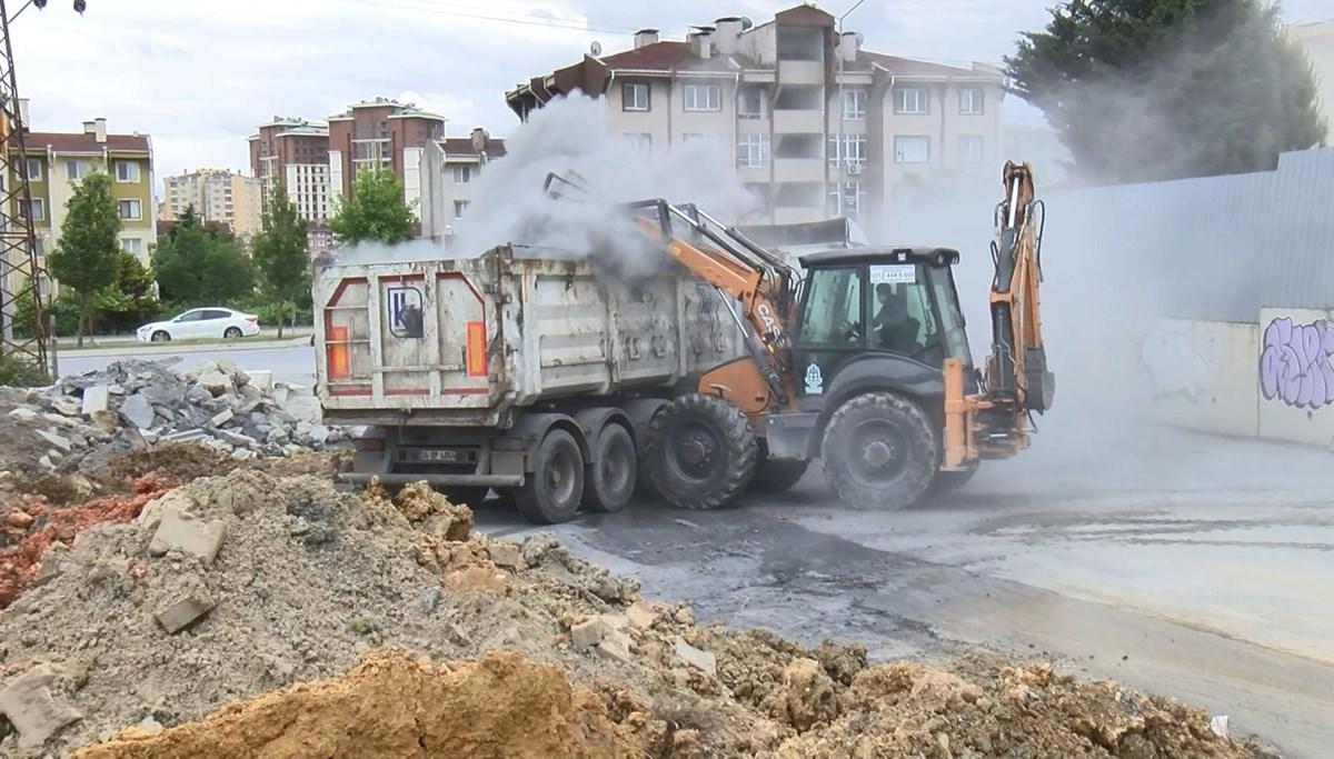 İstanbul'da sokağa dökülen kimyasal atık belediye ekiplerince bulunduğu yerden alındı
